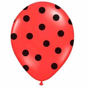 crveni balon s crnim točkama